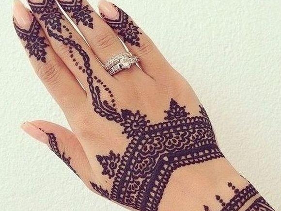 Mare atentie la tatuajele cu henna! E dureros ce a patit o fata care si-a facut unul pe mana dreapta, greseala o s-o urmareasca toata viata
