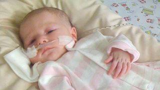 Minunile chiar exista! S-a nascut paralizata de la gat in jos, dar chiar acum, de Craciun, un lucru incredibil s-a intamplat cu aceasta fetita!