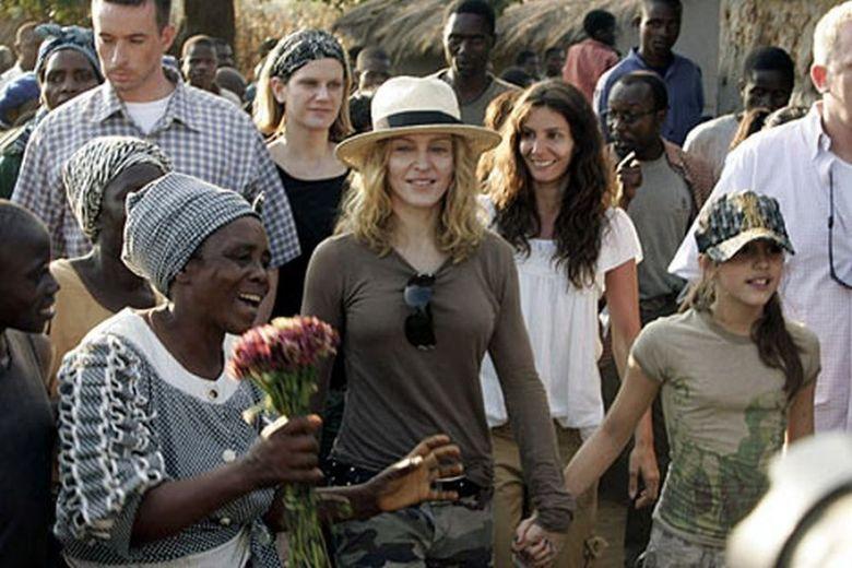 """Madonna, DESFIINTATA de oficialii guvernului un stat african """"Unde sunt cele 10 scoli pe care a promis ca le va construi?"""""""