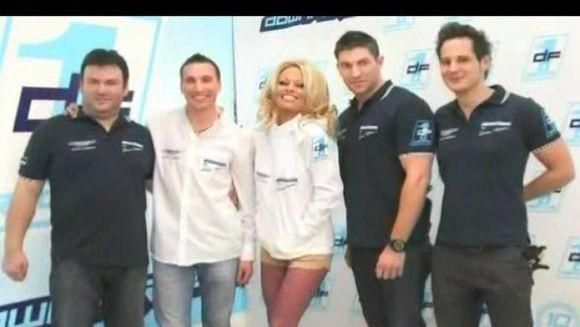 Pamela Andreson a dat lovitura pe circuitele auto! VIDEO