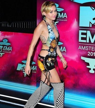 GESTUL SOCANT facut de Miley Cyrus pe scena MTV dupa ce si-a primit premiul!