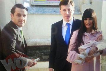 Primele imagini de la botezul nepoatei lui Traian Basescu! Cum s-au imbracat cei doi parinti la crestinarea micutei