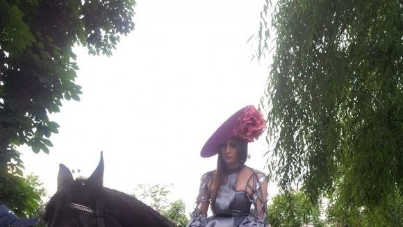 Numai Iulia Albu putea face asta! Celebrul fashion editor a venit la eveniment calare pe un cal negru!