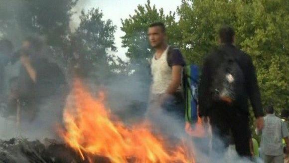 Au fost ciocniri violente intre refugiati si trupele de interventie la granita Ungariei! Disperati sa ajunga in tarile vestice, imigrantii risca totul