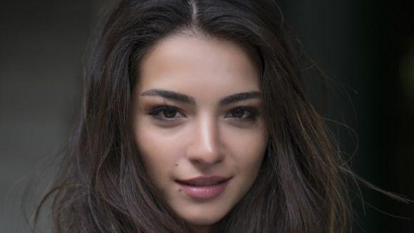 """IMAGINI DE SENZATIE cu frumoasa Asu din """"Dragoste infinita""""! Actrita a fost reprezentanta Turciei la MIss Universe si a castigat titlul de Miss Turcia in 2011. Uite-o intr-un interviu de exceptie pentru faimosul concurs de frumusete"""
