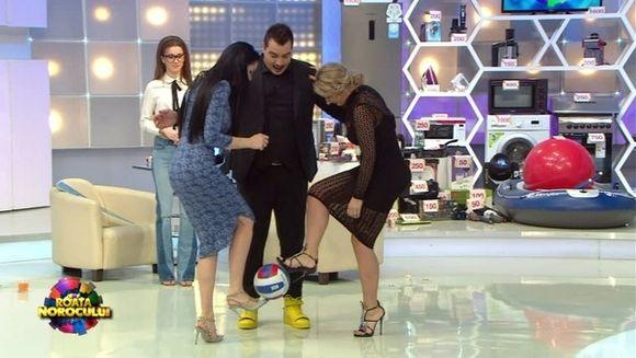 """Incredibil! Cum se joaca Anamaria Prodan si Brigitte Sfat cu mingea in platoul """"Roata Norocului""""! Bursucu nu credea ca o sa vada asa ceva! Imagini de senzatie, azi, de la 20.00, la Kanal D"""