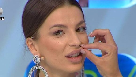 """Eu ma indoiesc ca ar fi acid hialuronic!"" Laura, estetician cu experienta, se teme ca Alexandra si-a injectat substante ILEGALE in buze. Ce a simtit cand a strans-o de buza superioara"