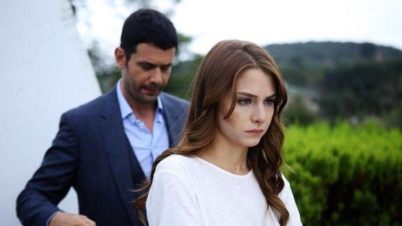 """Keremcem incearca s-o recucereasca pe Ezgi Asaroglu? Cum se foloseste actorul de incheierea filmarilor la """"Bahar: Viata furata"""" pentru a o impresiona"""
