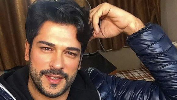 """Burak Özçivit (Kemal din """"Dragoste Infinita"""") spunea ca """"o iubesc si vreau sa ne petrecem restul zilelor impreuna"""", dar i-a dat papucii pentru o alta femeie! Cum arata acum prima iubita celebra a actorului turc"""