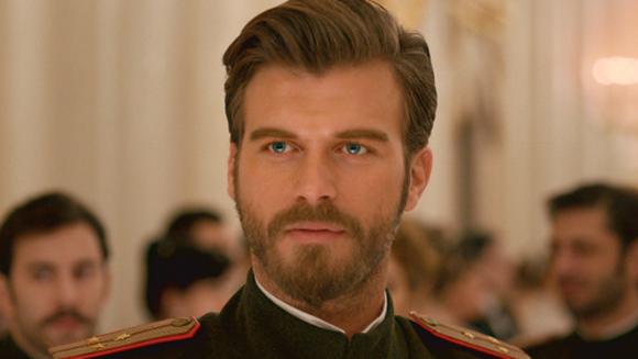 """Il mai tii minte pe locotenentul Kurt Seyit din """"In dragoste si in razboi""""? Uite cum arata acum """"Brad Pitt al Turciei"""" la TREI ANI de la incheierea filmarilor"""