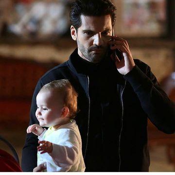 """CAT DE ADORABILA E! Ce face micuta Deniz cand il vede pe Emir la televizor? Desi filmarile la serialul """"Dragoste infinita"""" s-au incheiat, bebelusa Arven a ramas extrem de atasata de actorii cu care a jucat"""