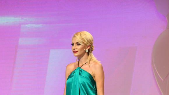 """Raluca Badulescu nu a vrut sa deschida ochii pana cand Alina nu s-a propus:""""Insist sa pastrezi mingea...sandalele sunt superbe, tu esti superba!"""" Iulia Albu: """"Nu ai avansat deloc stilistic! Nu mi-ai ascultat sfatul"""" Ce ii sugerase fashion editorul fostei"""