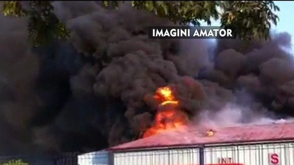 Misiune de cosmar pentru pompierii din Slatina! O explozie puternica a cuprins o fabrica de vopseluri