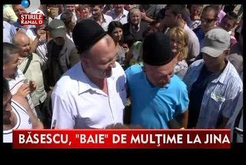 Traian Basescu, baie de multime la Jina! Vezi ce cadou neobisnuit a primit de la localnici VIDEO