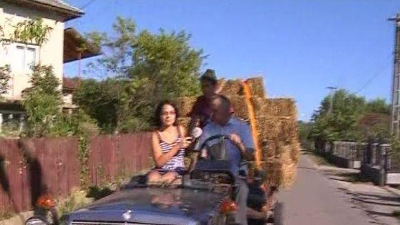 INCREDIBIL! Si-a transformat masina de lux, intr-un tractor VIDEO