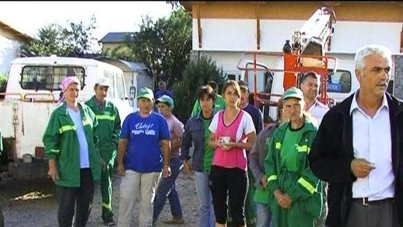 Zeci de angajati ai Primariei Baicoi, pusi sa lucreze in folosul edilului! VIDEO