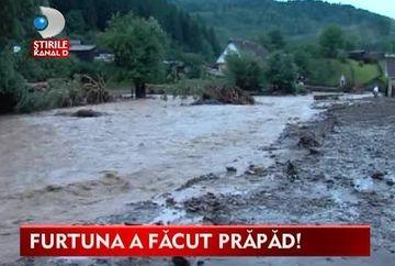 Ploile dezlantuite AU FACUT PRAPAD! Au lasat in urma case inundate, drumuri rupte si garduri smule din pamant VIDEO
