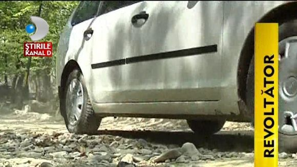 INCREDIBIL! Locuitorii din Neamt au inceput sa-si asfalteze singuri soselele VIDEO