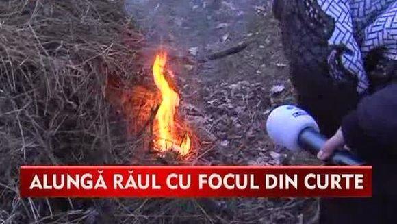 TRADITII ROMANESTI: De Buna-vestire, maramuresenii aprind focuri uriase in curti pentru a alunga raul din gospodarii VIDEO