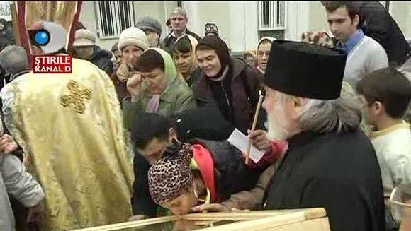 Vestita icoana a Maicii Domnului de la Namaiesti este in Capitala! Sute de credinciosi au venit sa se inchine VIDEO