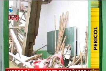 LA UN PAS DE TRAGEDIE! Acoperisul unei scoli din Bacau s-a prabusit sub greutatea zapezii VIDEO