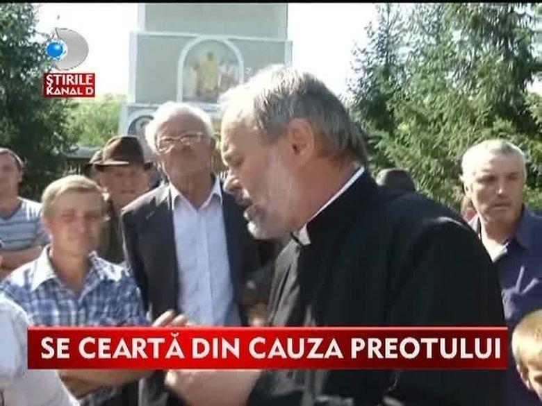 Se cearta din cauza preotului! Mai multe enoriase sustin ca fata bisericeasca le-a facut avansuri VIDEO