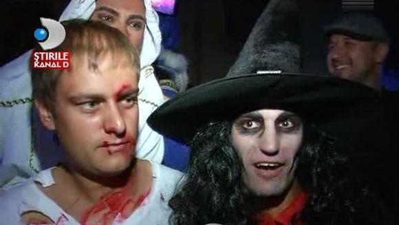 Halloween-ul le-a aprins imaginatia! Iata cum s-au costumat si cum au petrecut tinerii in noaptea spiritelor rele VIDEO