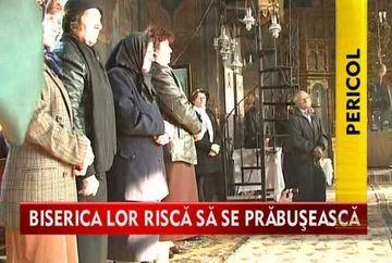 Se roaga sa nu pice biserica peste ei. In ce hal a ajuns un lacas de cult din Crucea! VIDEO