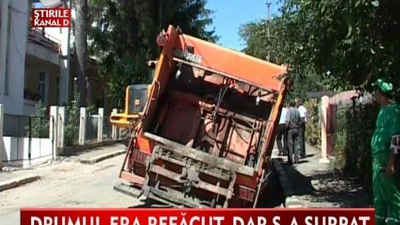 Capcana din drum. O masina plina cu deseuri inghitita de o groapa din sosea VIDEO