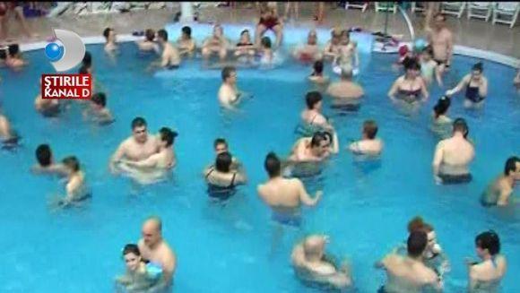 Au lasat gratarele si s-au napustit in piscina. Uite cum au petrecut Pastele turistii de la munte! VIDEO