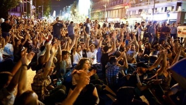 PROTESTE paralele la Universitate, fata de proiectul ROSIA MONTANA si EUTANASIEREA CAINILOR!