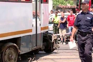 S-a intamplat in Bucuresti! Un tramvai a fost rupt in doua, dupa ce a deraiat