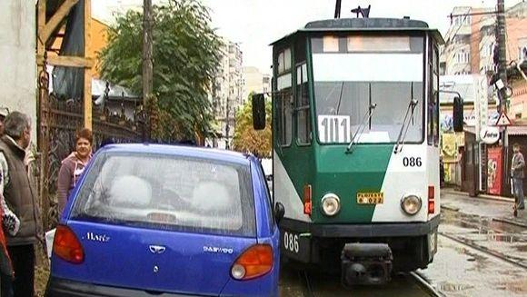IMAGINI de necrezut! Un sofer a parcat fix pe mijlocul liniei de tramvai