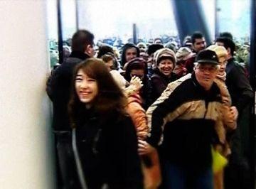 S-au calcat in picioare pentru promotii la deschiderea unui mall!