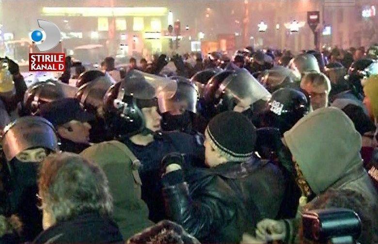 INFERNUL din fata Guvernului! Mii de protestatarii s-au dezlantuit in Capitala