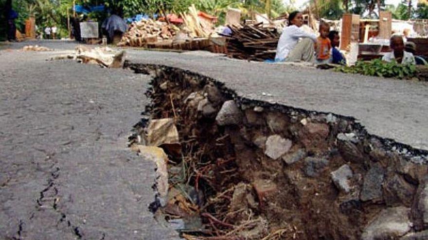 Descoperire SOC: O groapa de peste un metru adancime a aparut intr-o gospodarie din Izvoarele, satul in care au avut loc peste 260 de cutremure