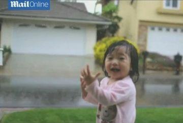 VIDEO FABULOS cu reactia unei fetite cand vede si simte pentru prima data ploaia!