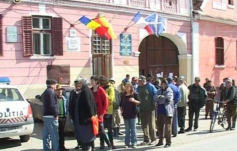 Scandal urias la Sibiu! Zeci de localnici cer socoteala primarului si consilierilor locali