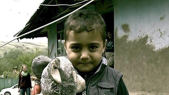CEL MAI SINISTRU TABLOU al saraciei din Romania! Acesti copii dorm cu pasarile in casa