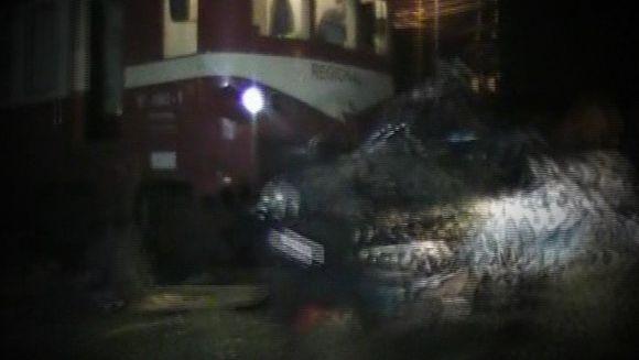 IMAGINI CUTREMURATOARE! Ce s-a intamplat cu un barbat dupa ce masina lui a fost strivita de tren
