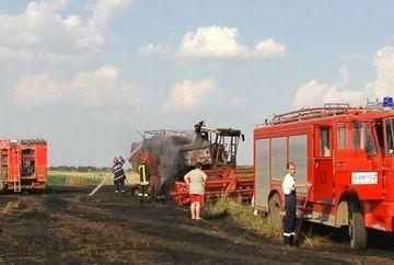 O combina agricola aflata in mijlocul lanului de grau a luat foc in toiul zilei!