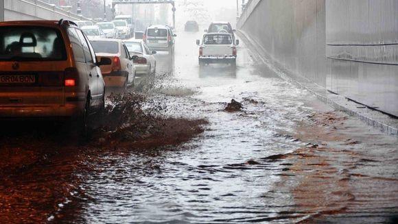 Pasajul Unirii din Capitala, inundat in urma furtunii care s-a dezlantuit azi dimineata