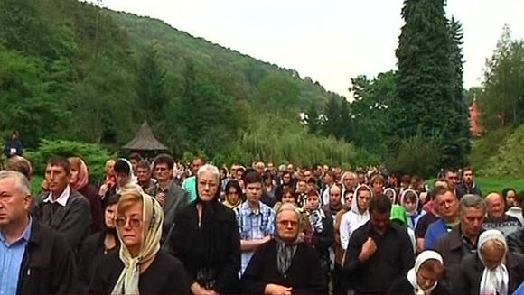 Copii si batrani, incercati de boli grele s-au adunat ca sa-si caute salvarea la Manastirea Prislop!