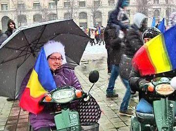 Mii de oameni au sfidat vremea si au iesit in Piata Constitutiei sa admire defilarea militara 1 Decembrie!