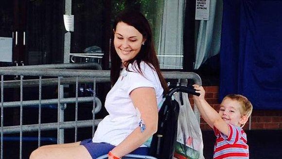 SOCANT! A ajuns in scaunul cu rotile pentru tot restul vietii, din cauza unei pensule de machiaj