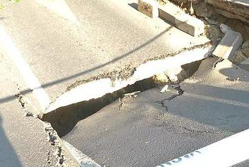 """Grozavia din asfalt! Sute de oameni s-au inghesuit pe o artera a Capitalei sa vada """"minunea"""""""
