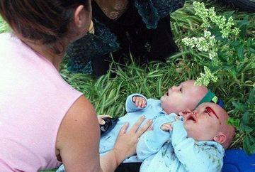 O mamica a iesit la plimbare cu cei doi bebelusi gemeni! E IREAL ce a facut un taximetrist cand femeia mergea pe o alee in parc