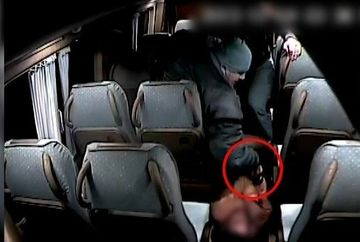 Imagini uluitoare surprinse de camera de supraveghere a unui microbuz! Soferul este batut si calcat in picioare de un agresor