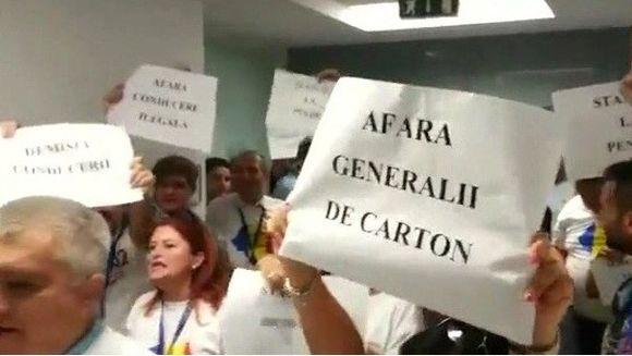 Revolta fara precedent la ROMATSA! Controlorii de trafic i-au cerut directorului demisia in fata si ameninta cu greva generala
