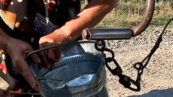 Seceta a adus lacrimi amare in ochii taranilor din Moldova. Nu mai au nici ei de unde sa bea apa si nici animalelor ce sa le mai dea de baut